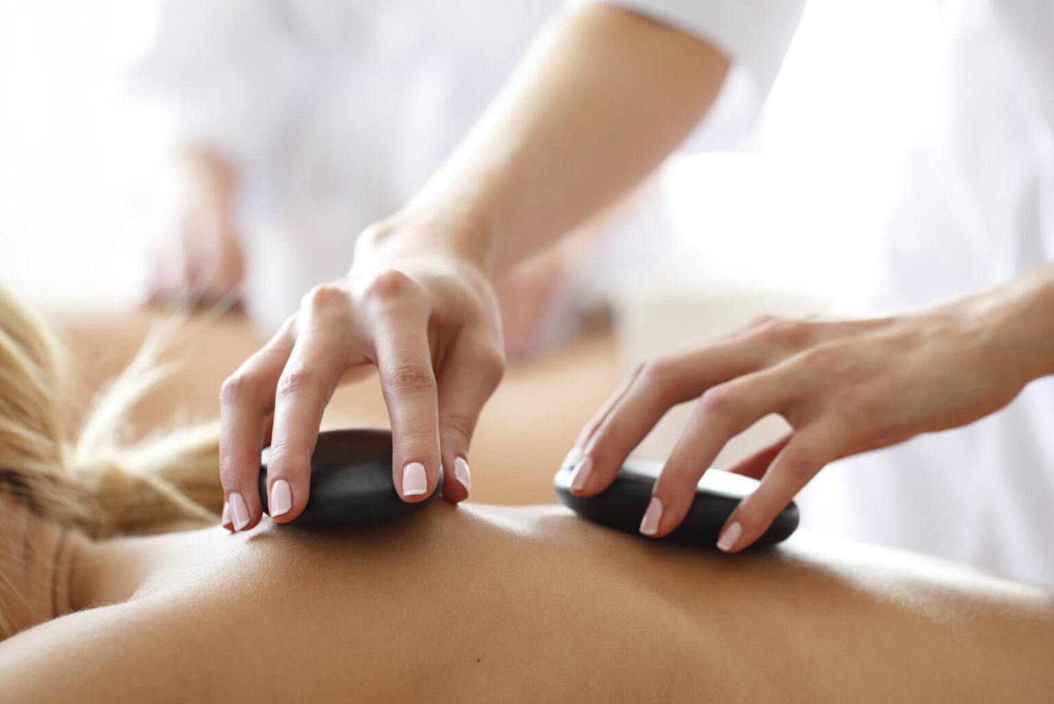 Frau bekommt eine Hot-Stone-Massage